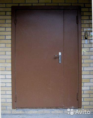 металлическая тамбурная дверь со стеклом без отделки